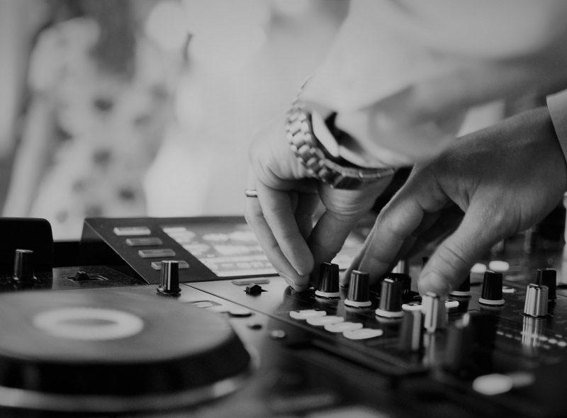 Fotografia DJ Coopera za pultom